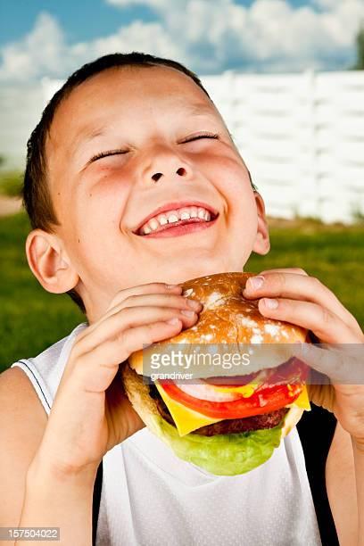 Mignon petit garçon avec un Hamburger