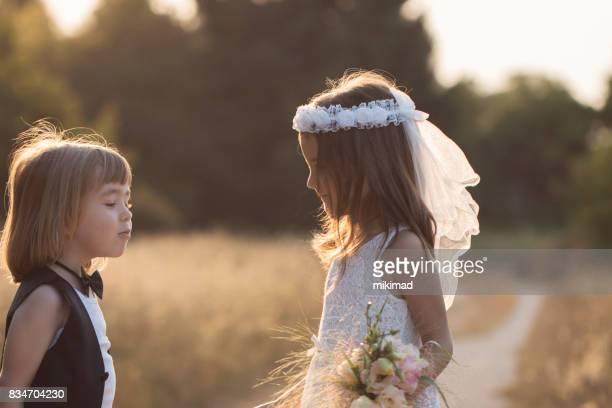 Mignonne petite mariée et le marié