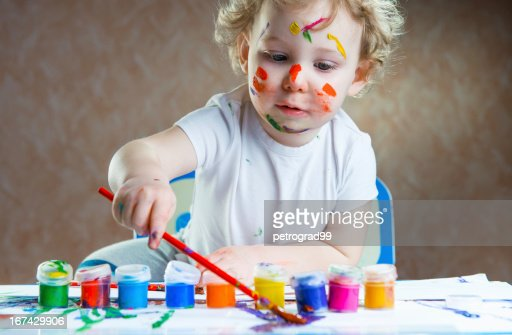 Cute pequena criança Pintura : Foto de stock