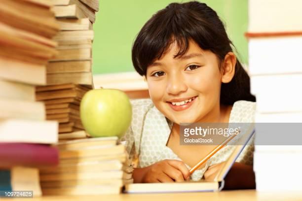 かわいい小さな雌ラウンジに囲まれたスタックの書籍