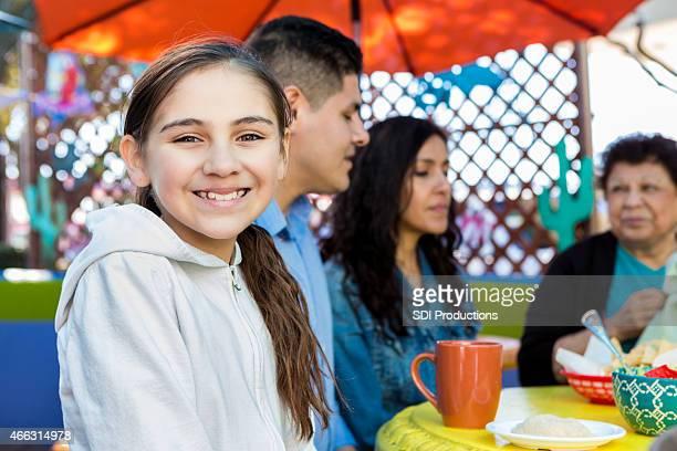 Mignonne petite fille ayant un déjeuner en famille au restaurant patio