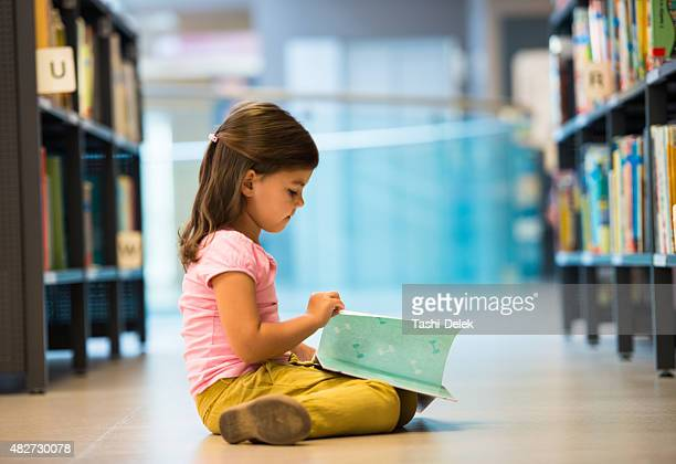 Rapariga engraçada na biblioteca