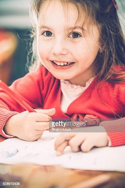 Fofinho menina em rosa desenho em casa, a Europa