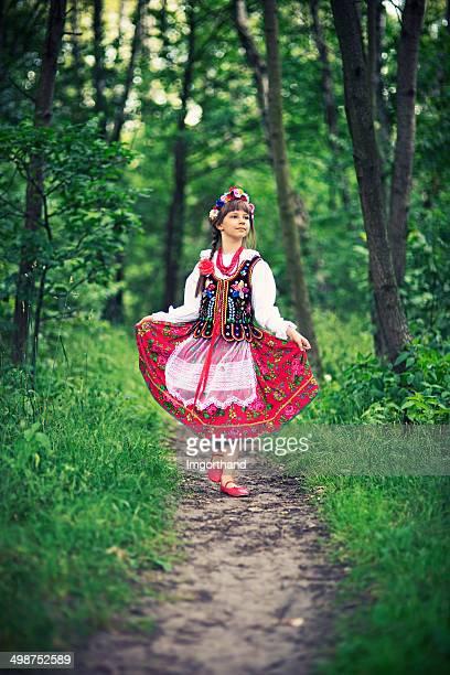 Linda niña en polaco folk costume (región) Cracovia