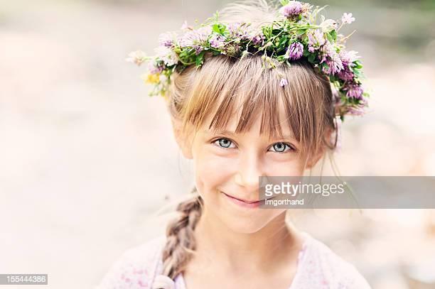 Süßes kleines Mädchen im Kranz