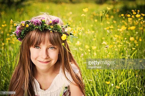 Mignonne petite fille dans la couronne de