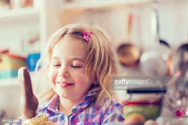 Joli fillette ouverture chocolat lapin de Pâques