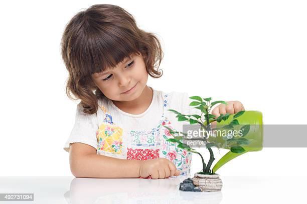 Adorable petite fille alléchants l'arbre