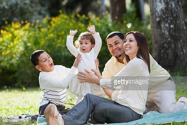 Linda niña con su familia en el parque