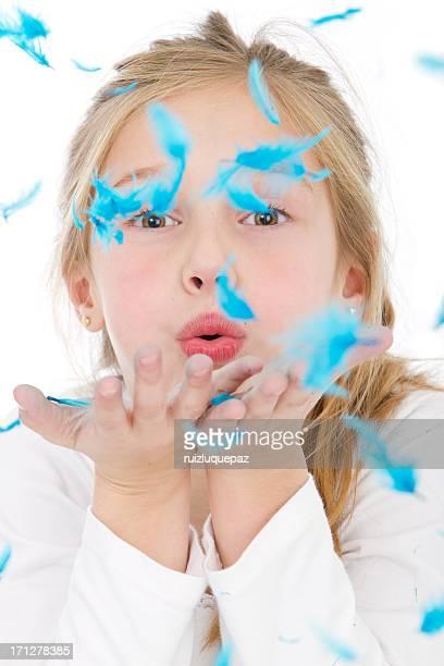 Jolie petite fille avec des plumes