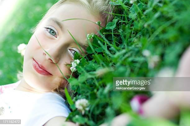 Bambina carina con verde