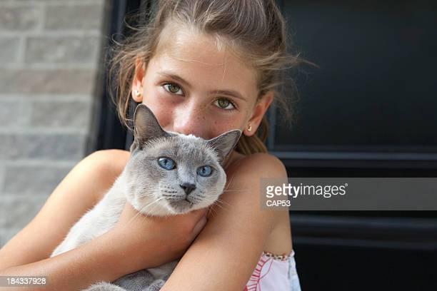 Bambina carina con il suo gatto