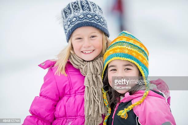 Süßes kleines Mädchen im Freien in den Schnee