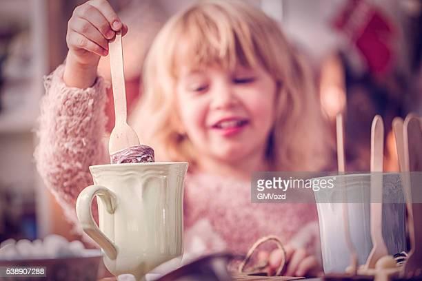 """Süße kleine Grill """"bereitet heiße Schokolade Bar mit Löffel"""