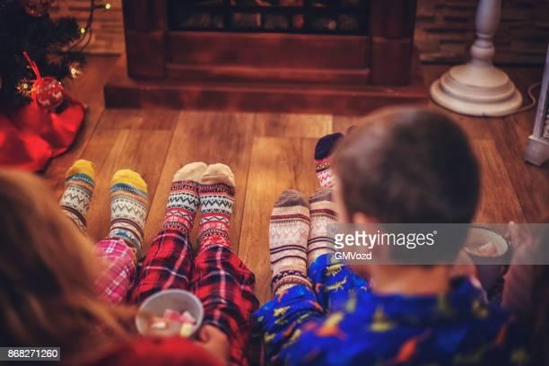 Mignons petits enfants en Pyjamas et Noël chaussettes boire un chocolat chaud avec des guimauves pour Noël