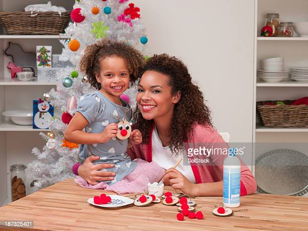 Süße mixed race girl holding Handarbeit Rentier