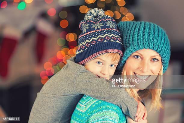 Adorable mère et fils portant des vêtements d'hiver pour Noël le matin