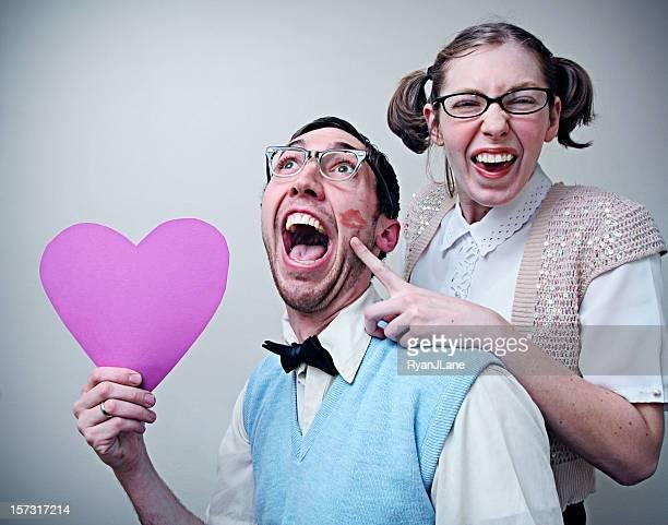 Süße Nerd Mann und Frau in Liebe, die ein Herz