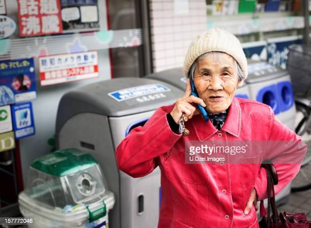 Hübsche Frau und Senior japanische