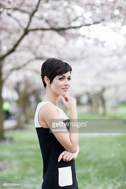 Süße schüchternes Mädchen in Retro Kleid denken im Park