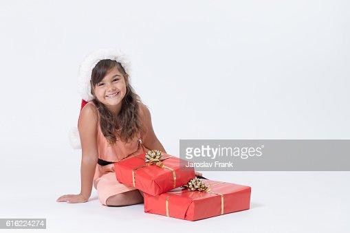 Cute smiling little girl in a Santa hat : Stock-Foto