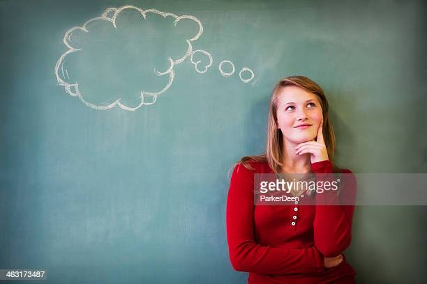 可愛い 10 代の女の子、ブランク思考の吹き出し付き