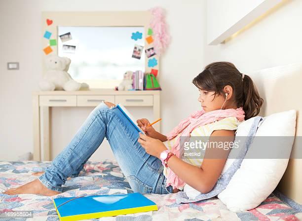 Süße Teenager-Mädchen in Ihrem Zimmer.