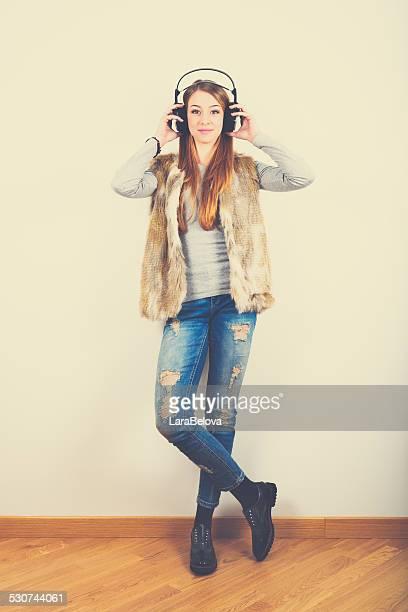 Linda chica adolescente escuchando música