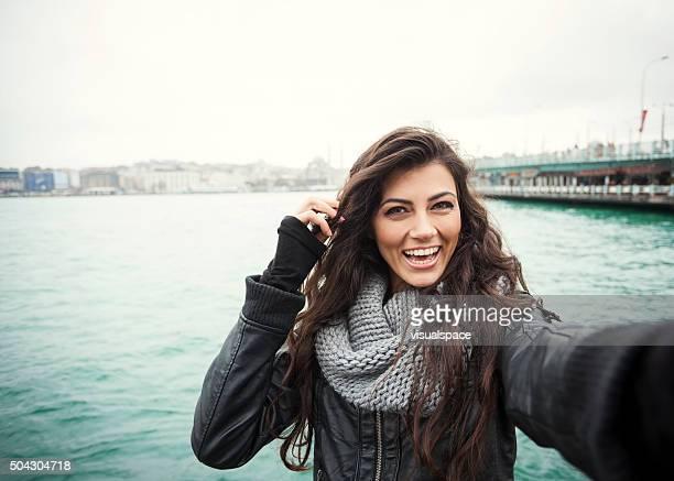 Süße türkischen Mädchen mit hellen Lächeln Selfie