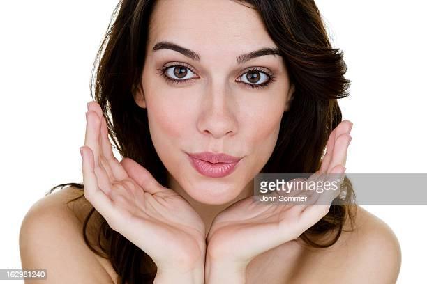 Sexy Frau in den Mund verziehen für einen Kuss zuwerfen