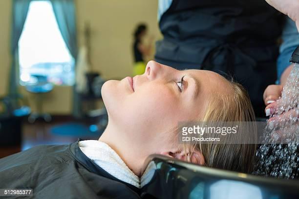 かわいい若い大人の女性洗髪の「salon シャンプーボウル