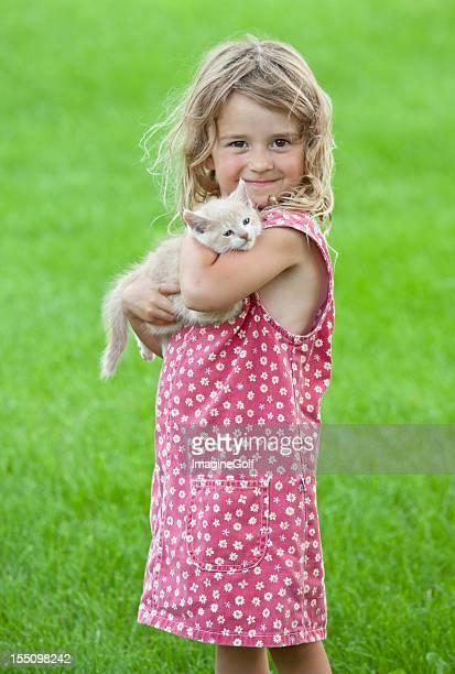 Carino giovane ragazza con gattino
