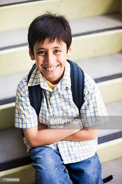 Mignon jeune garçon scolaire
