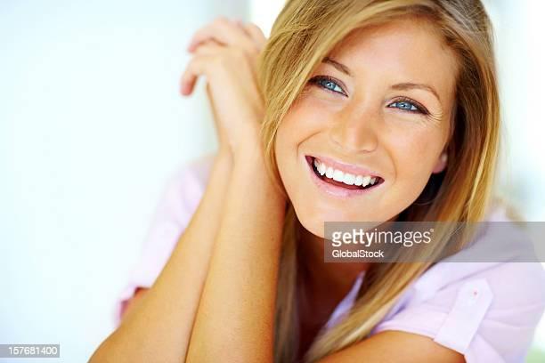 Carino giovane donna guardando copyspace