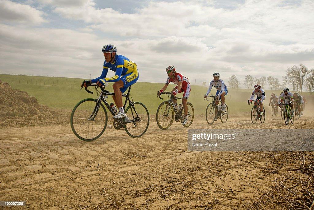 CONTENT] Cycle Race Oleksandr Kvachuk du Team Liquigas en tête d'un petit groupe sur le secteur pavé de Viesly lors de la classique Paris - Roubaix nommé également l'enfer du Nord Hell of North