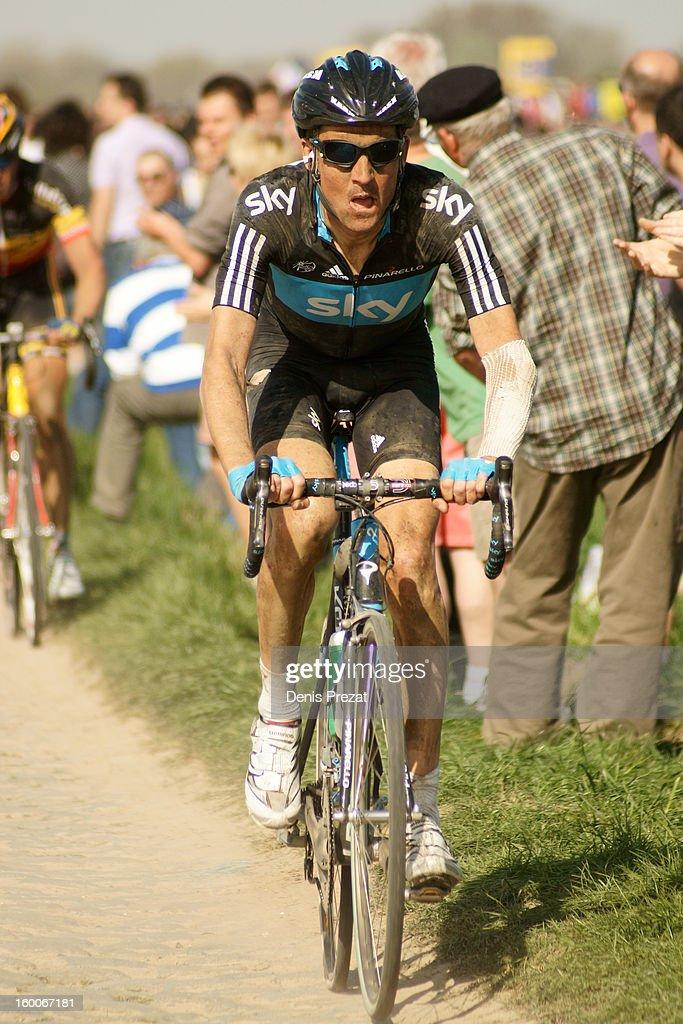 Paris - Roubaix 2011 Coureur du Team Sky dans le secteur du Carrefour de l'Arbre