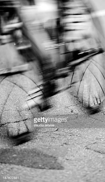 Cycliste en mouvement flou. Noir et blanc