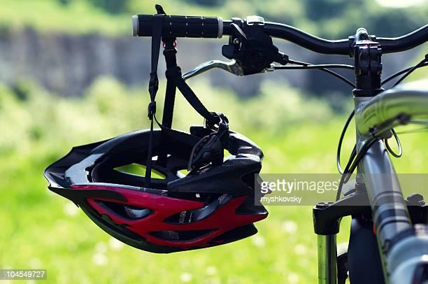 Fahrradhelm im park.