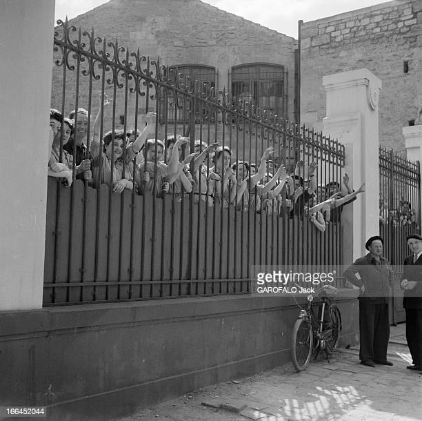 Cycling Tour De France 1954 France lors du Tour de France cycliste de juillet 1954 des ouvrières en blouse se sont amassées derrière les grilles pour...