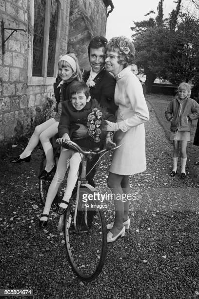 Photos et histoires du passé - Page 3 Cyclist-barry-hoban-marrying-helen-simpson-widow-of-former-cycling-picture-id805804674?s=612x612