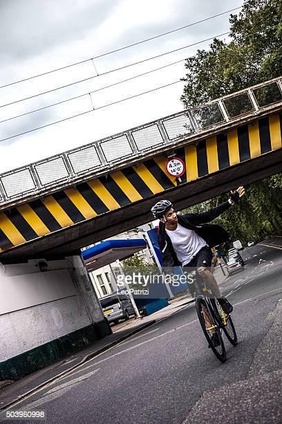 Cycliste de banlieue dans le centre de Londres
