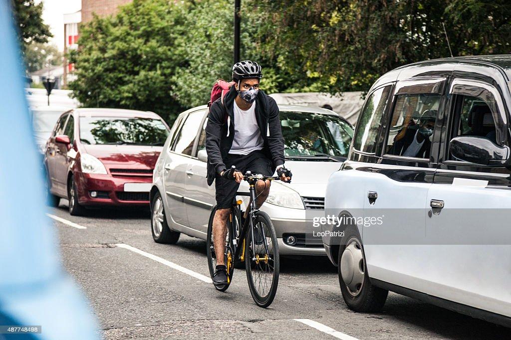Cycliste commuter portant un masque de pollution dans le centre de Londres : Photo