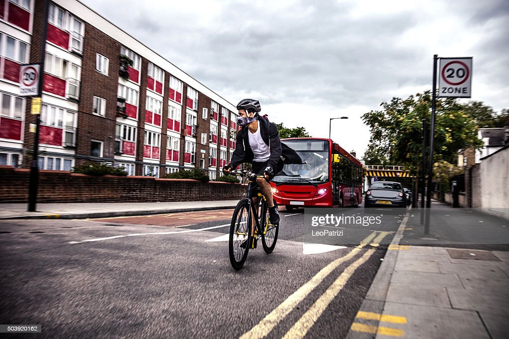 Cycliste commuter portant un masque de pollution dans le centre de Londres : Photo