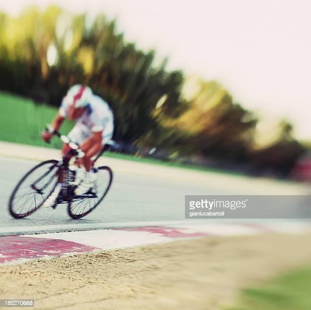 Cycliste dans un circuit