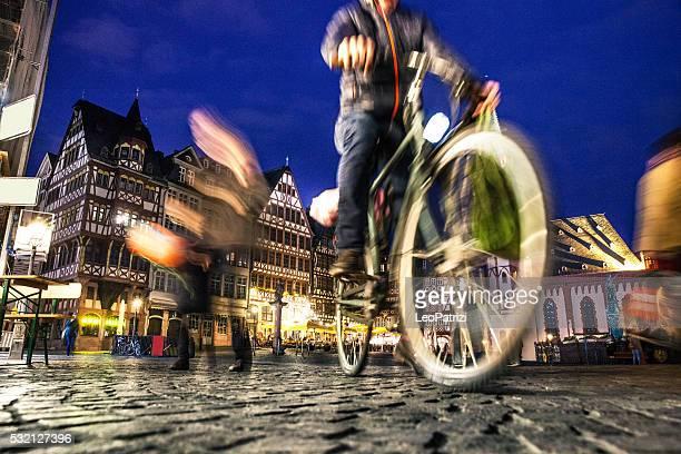 Radfahrer in der Frankfurter Altstadt bei Nacht