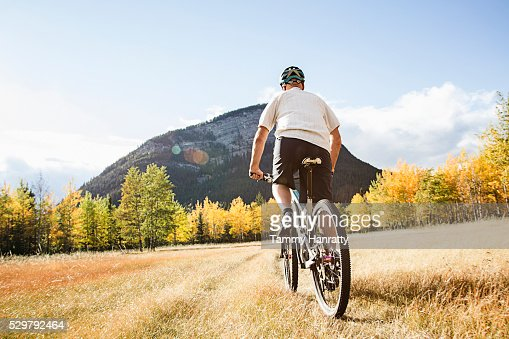 Cyclist riding in mountains : Stock-Foto