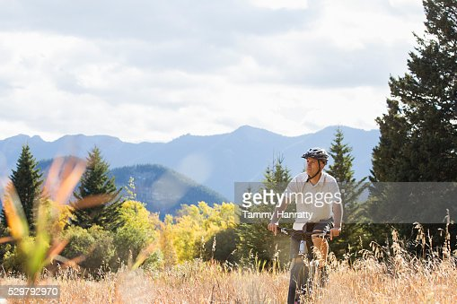 Cyclist riding in mountains : Stockfoto