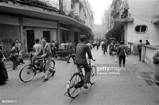 Cyclistes et piétons dans une rue de Canton en décembre 1977 Chine