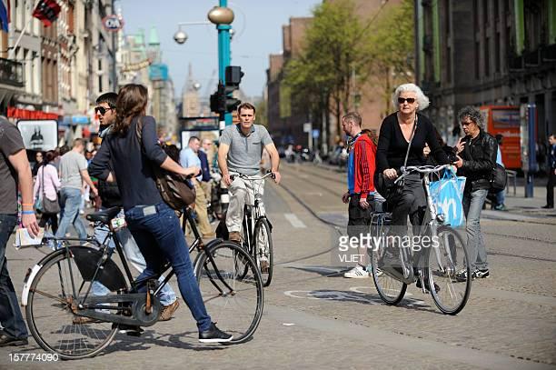 Les cyclistes au Damrak à Amsterdam