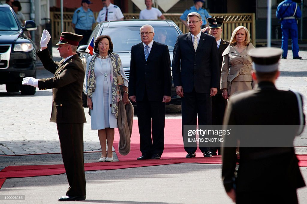 Czech first lady Livia Klausova (L), Czech President Vaclav Klaus (2nd L), his Latvian counterpart Valdis Zatlers (2nd) and first lady Lilita Ztlere (R) stand together as they listen to the national anthems on 20 May, 2010 in Riga, before their meeting in the Latvian capital.